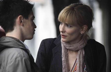 """Trong """"Notes on a scandal"""" (2003), nhân vật của Cate Blanchett là một cô giáo và đã có một gia đình yên ấm nhưng vẫn """"sa vào lưới tình"""" với cậu học sinh Andrew Simpson. Ở ngoài đời, Cate Blanchett cũng hơn Andrew Simpson tới 20 tuổi."""