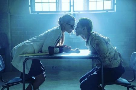 """Harley Quinn và Joker đích thực là cặp đôi """"bệnh tật"""" số 1 trong truyện tranh. Khi được khắc họa trong bộ phim """"Suicide squad"""" (2016), mối tình này đã được tô hồng thêm đôi chút để nhấn mạnh sự si tình và không kém phần cuồng loạn của cả hai."""