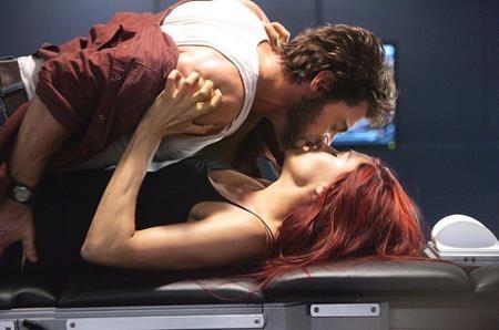 Logan và Jean Grey chưa bao giờ thực sự là một đôi trên màn ảnh rộng. Bị chàng Người Sói quyến rũ, Jean Grey thậm chí đã đính hôn với Cyclops nhưng nàng dị nhân tóc đỏ vẫn có những khoảnh khắc hết sức gần gũi cùng Wolverine.