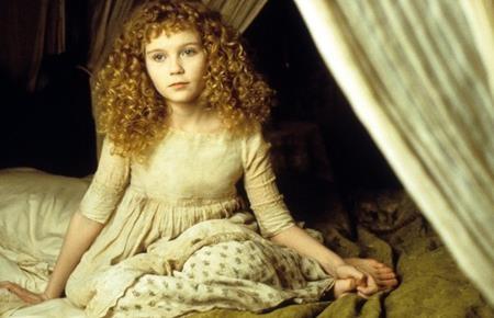 """Kirsten Dunst đã nhận được vô vàn lời tán dương khi vào vai Claudia, một ma cà rồng bị mắc kẹt trong hình hài trẻ thơ trong bộ phim """"Interview with the Vampire: The Vampire chronicles"""" (1994)."""