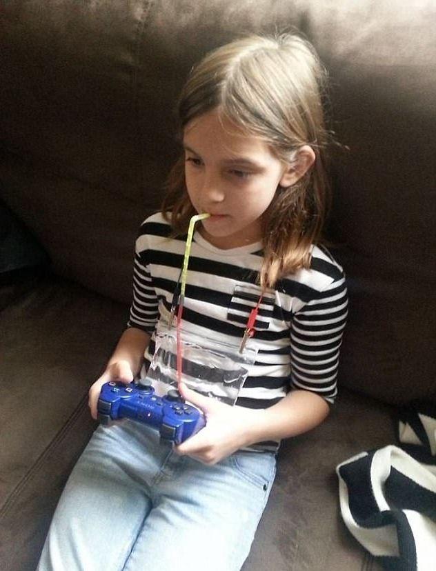 Đeo túi nước trước ngực, cô bé đã có thể tận hưởng trò chơi điện tử