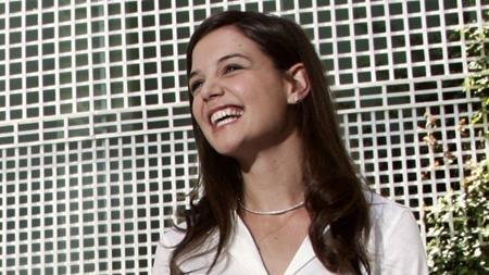 """Katie Holmes từng đảm nhận vai diễn Rachel Dawes, bạn gái Người Dơi trong phần phim """"Batman begins"""" nhưng đến """"The dark knight"""", vai diễn này được giao lại cho Maggie Gyllenhaal vì Katie Holmes bận rộn tham gia một dự án phim hài mang tên """"Mad money"""". Đáng lẽ, vợ cũ của Tom Cruise đã nhận được khoảng 1 đến 2 triệu đô la Mỹ nếu nhận lời tham gia """"The dark knight""""."""