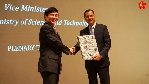 Và GS. Murakami trao quà lưu niệm cho Thứ trưởng Phạm Đại Dương (ảnh: Viết Xuân).