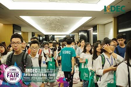 Hình ảnh tại các bạn học sinh nhận quà tại sự kiện Fair 2016