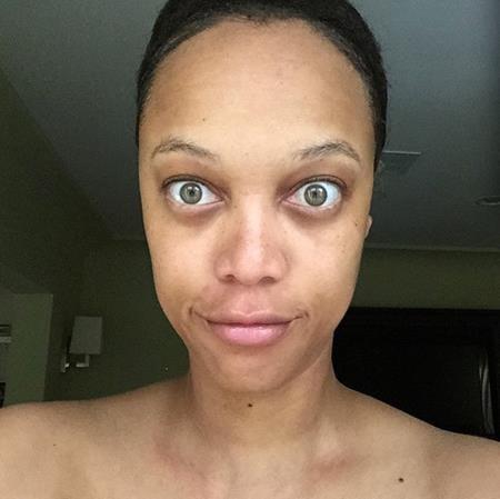 """Dù có trang điểm hay không thì Tyra Banks vẫn là một siêu mẫu đình đám. Chính vì vậy, """"chủ xị"""" của """"Americas next top model"""" chẳng hề e dè khoe mặt mộc và chia sẻ rằng: """"Đây là tôi. Nguyên bản. Và bạn đang ở đó nhìn tôi, đang chăm chú vào bức hình này. Có thể bạn đang nghĩ """"Ôi, cô ấy trông thật thô kệch"""". Còn nếu bạn cảm thấy tuyệt vời thì bạn xứng đáng được nhìn thấy tôi THỰC SỰ. Đây mới thực là tôi""""."""
