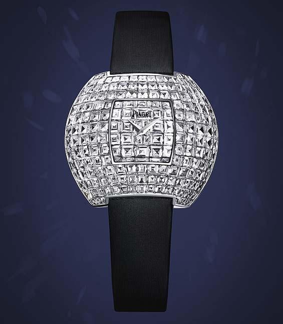 Thiết kế bán cầu đi cùng dây satin đen khiến chiếc đồng hồ này kiêu hãnh như một vì sao giữa không trung. 194 viên kim cương ống xếp hoàn hảo trên vỏ đồng hồ, hình dáng này đòi hỏi một kỹ thuật nạm kim cương xuất sắc.