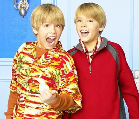 """Chắc chắn nhiều khán giả vẫn còn nhớ đến cặp sinh đôi Zack và Cody trong series """"The suite life of Zack and Cody"""". Và hai anh em Dylan và Cole Sprouse từng được trả đều đặn mỗi người 20.000 đô la Mỹ khi tham gia một tập của loạt series đình đám này."""