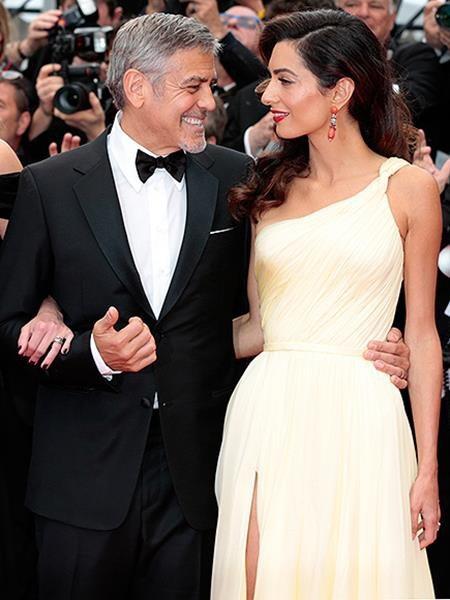 """""""Tôi đã biết cô ấy cực kì đặc biệt ngay lần đầu gặp. Tôi còn phải tự hỏi rằng liệu mình có bao giờ có cơ hội hẹn hò được với cô ấy hay không. Chúng tôi đã làm bạn được một thời gian và thật may mắn là cô ấy đã đồng ý"""", George Clooney từng hạnh phúc kể lại hành trình """"tán đổ"""" bà xã Amal xinh đẹp."""