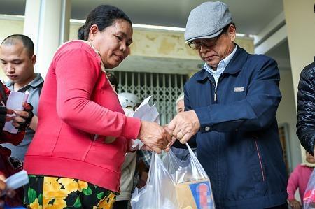 Ông Lê Hoàng, Phó chủ tịch Hội Xuất bản Việt Nam cũng đồng hành cùng chương trình, trao quà cho người dân và hi vọng những phần quà của nhà tài trợ nước tăng lực STING, Suntory PepsiCo đã phần nào động viên, giúp đỡ bà con khắc phục thiệt hại, sớm ổn định cuộc sống.