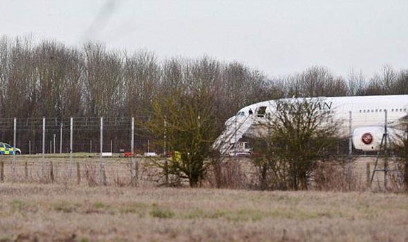 Cảnh sát phong tỏa và kiểm tra máy bay