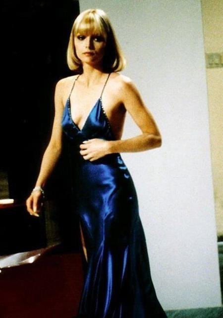 """Mặc dù """"Scarface"""" có rất nhiều những bộ trang phục ấn tượng nhưng chiếc váy lụa xanh ngọt ngào của Michelle Pfeiffer chắc chắn vẫn được xếp đầu bảng"""