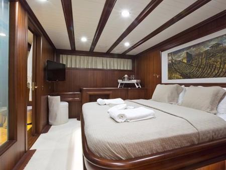 Du khách còn có thể xem phim bên trong du thuyền