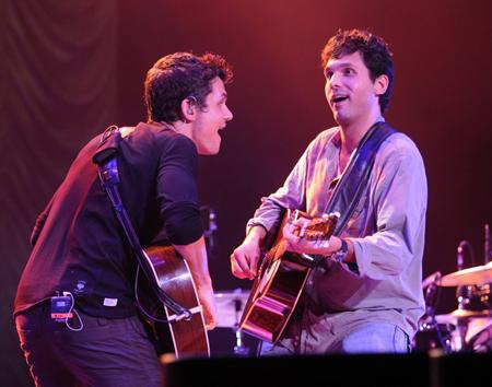Người anh trai Carl của John Mayer từng lên sân khấu biểu diễn cùng em trai và ngay lập tức tạo được ấn tượng lớn với vẻ ngoài nam tính, cuốn hút