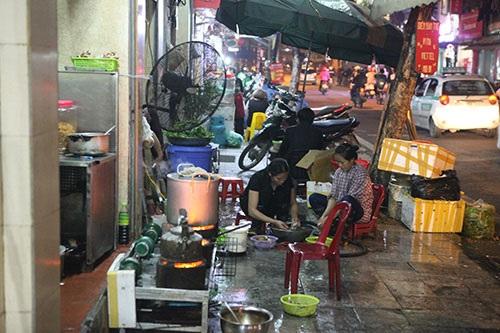 Một nhà hàng trên phố Hàng Thùng không chỉ đun nấu mà còn họ còn chiếm dụng hết vỉa hè để chế biến đồ ăn, rửa bát đĩa