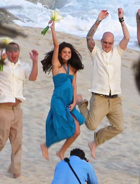 """Selena Gomez cũng """"quẩy"""" hết mình trong đám cưới bạn thân"""
