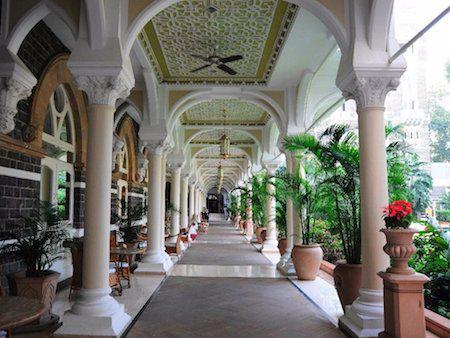 Khách sạn Cung điện Taj Mahal ở Mumbai không chỉ sở hữu lối kiến trúc ấn tượng mà còn được trang bị cả máy bay phản lực tư nhân, thẩm mĩ viện riêng cùng 13 nhân viên thường trực sẵn sàng phục vụ du khách. Chính vì chất lượng dịch vụ tuyệt vời này mà các tên tuổi lớn như Kenneth Cole, nhóm The Beatles, Barack Obama và Mick Jagger đều đã chọn nơi đây làm điểm dừng chân khi ghé thăm Ấn Độ.