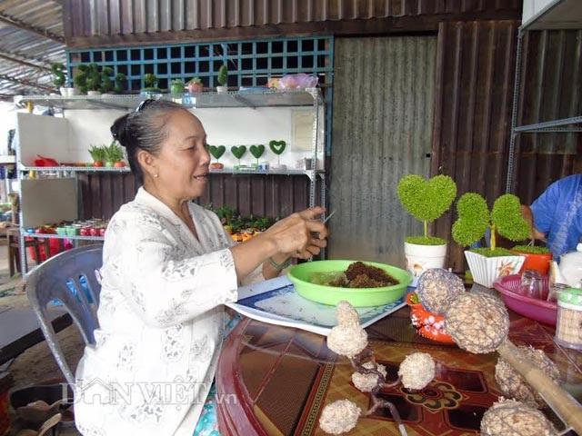 Bà Oanh đang quấn dớn tạo hình để trồng cây may mắn