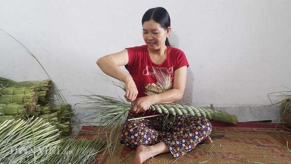 """Để hỗ trợ cho nông dân làm nghề, các doanh nghiệp trong và ngoài huyện Kim Sơn đã đào tạo, tập huấn bằng phương pháp """"cầm tay chỉ việc"""" cho bà con. """"Nghề làm đuôi trâu không khó nên chúng tôi học nghề nhanh và có thu nhập ngay từ khi học"""" - bà Hương chia sẻ."""