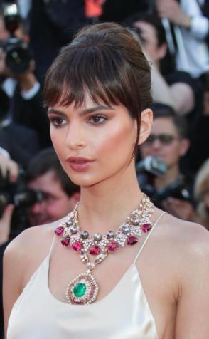 Chiếc vòng cổ gắn ngọc lục bảo của Emily Ratajkowski còn được điểm xuyết đá ruby và kim cương vô cùng tinh xảo