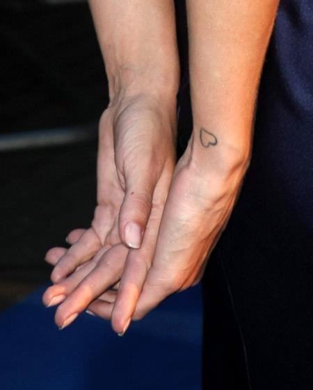 """""""Bông hồng nước Anh"""" Rosie Huntington-Whiteley có một hình trái tim nhỏ xinh ngay trên cổ tay"""