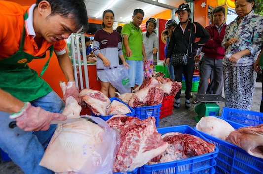 Người dân mua thịt heo tại một điểm bán bình ổn giá ở TP.Hồ Chí Minh. Ảnh: I.T