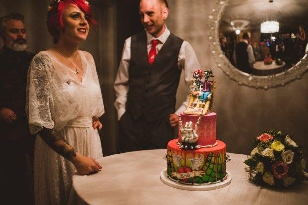 Chiếc bánh cưới dễ thương mô tả hình ảnh trượt băng của cặp đôi