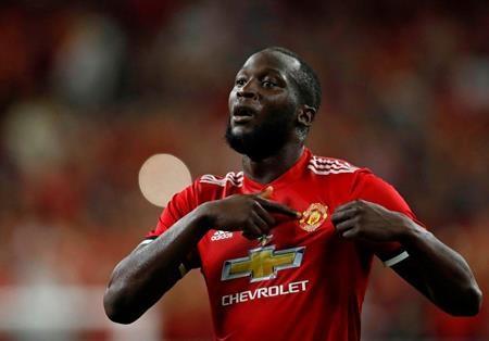 """Một điều khá đáng tiếc là Romelu Lukaku, bản hợp đồng bom tấn của Man United lại vẫn chưa tìm được """"một nửa"""" của đời mình và đây cũng là lý do khiến cho dàn WAGs của """"Quỷ đỏ"""" bị lép vế đôi chút so với đội bóng cùng thành phố"""