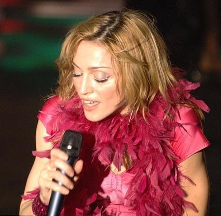 """Hồi năm 2006, """"nữ hoàng nhạc pop"""" Madonna còn dùng cả kim cương để kẻ mắt và dĩ nhiên, màn trang điểm xa xỉ này đã """"ngốn"""" tới 10.000 đô la Mỹ."""