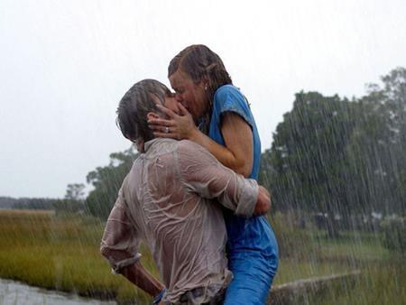 """Nụ hôn trong bộ phim """"The Notebook"""" (2004) không chỉ đánh dấu tình yêu của hai nhân vật chính mà còn thắp lên ngọn lửa tình cho hai diễn viên Ryan Gosling và Rachel McAdams ở ngoài đời, chỉ tiếc rằng sau đó cặp sao này lại """"đường ai nấy đi"""""""