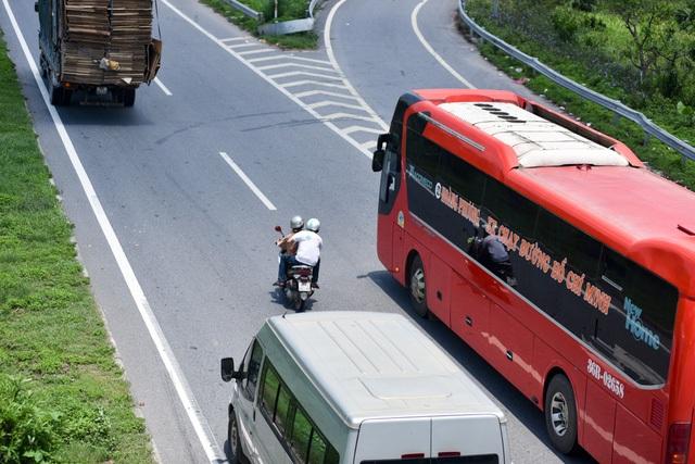 Xe máy và ô tô trên cao tốc chung đường.Ảnh: Toàn Vũ.