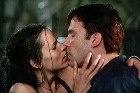 """Khóa môi nhau trong """"Daredevil"""" (2003) nồng nàn nhường này nên chẳng có mấy ai ngạc nhiên khi Ben Affleck và Jennifer Garner cũng dần cảm mến nhau ở ngoài đời"""