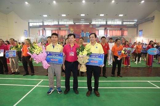 Ông Trần Ngọc Dũng, Phó Chủ tịch thường trực CĐ DKVN trao giải Nhì Cuộc thi Tìm hiểu hoạt động Công đoàn cho hai đơn vị: CĐ PVcomBank và CĐ PVCFC