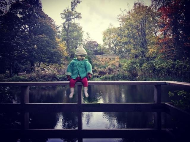 Ngồi vắt vẻo bên hồ nước sâu