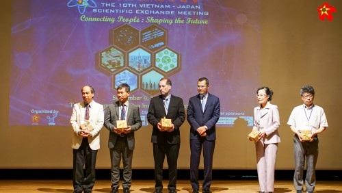 Thứ trưởng Phạm Đại Dương trao quà cho các Giáo sư (ảnh: Viết Xuân).