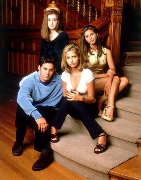 """""""Buffy the Vampire Slayer"""" ra mắt tập đầu tiên vào tháng 3 năm 1997 và nhanh chóng gây sốt trên màn ảnh nhỏ."""