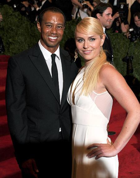 """Tiger Woods và Lindsey Vonn từng là cặp đôi """"hot"""" nhất nhì làng thể thao khi bắt đầu qua lại với nhau từ đầu năm 2013. Tuy nhiên, hai ngôi sao nổi tiếng đã chia tay nhau chỉ sau hai năm hẹn hò. Lindsey Vonn cũng từng chia sẻ rằng mối quan hệ giữa mình và Tiger Woods luôn bị """"săm soi"""" quá mức. Và dưới áp lực của sự nổi tiếng, câu chuyện tình yêu này chỉ đành kết thúc dang dở."""