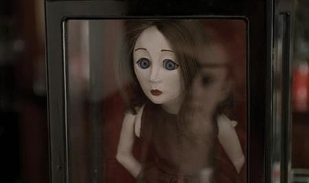 """Mang một vẻ ủ rũ buồn thương nhưng thực chất, cô búp bê Suzie trong """"May"""" (2002) lại là kẻ gieo rắc ám ảnh kinh hoàng."""
