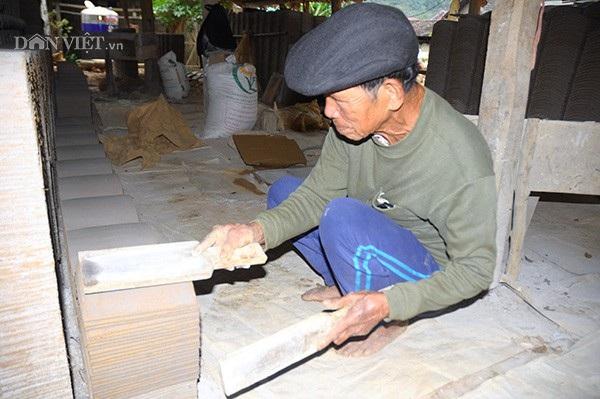 Dù đã 80 tuổi nhưng đôi tay của ông vẫn thoăn thoắt và khéo léo rất khéo léo để có được những viên ngói mượt và đều nhất.