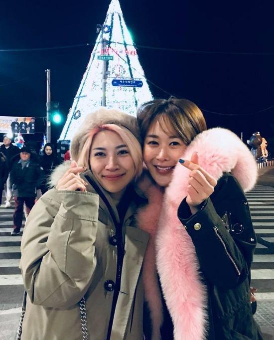 """Pha Lê bay sang tận Hàn Quốc để đón giáng sinh cùng bạn. Cô dí dỏm chia sẻ: """"Ngày cuối ở Hàn Quốc. Ăn sạch sẽ chợ mới chịu về.""""."""