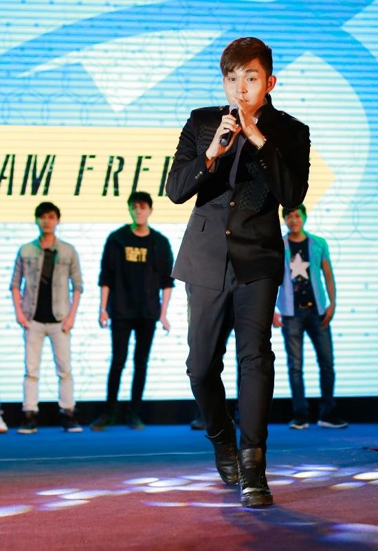 Jun xuất hiện với vẻ ngoài thư sinh, lãng mạn như thường thấy. Anh vẫn trung thành với kiểu tóc freestyle.