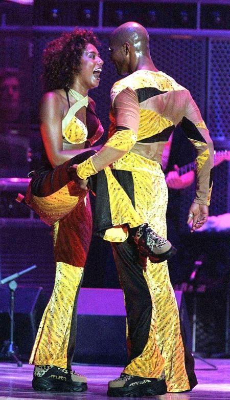 """Cựu sao Spice girls cũng nhanh chóng rơi vào lưới tình với vũ công Jimmy Gulzar khi cả hai làm việc với nhau hồi năm 1998. Hai ngôi sao thậm chí còn nên duyên vợ chồng vào tháng 9 cùng năm nhưng đến tháng 01/2000, Mel B và Jimmy Gulzar vẫn quyết định """"đường ai nấy đi""""."""