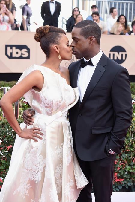 Sterling K. Brown và Ryan Michelle Bathe không ngần ngại trao nhau một nụ hôn nồng nàn ngay trước ống kính máy ảnh