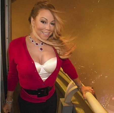 Mariah Carey chưa bao giờ là một ngôi sao thanh mảnh của làng giải trí. Ngoài ra, cổ của nữ diva còn hơi ngắn nhưng Mariah vẫn vô cùng tự tin tỏa sáng trên sân khấu.
