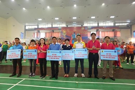 Bà Nghiêm Thùy Lan, Chủ tịch CĐ DKVN và ông Nguyễn Mạnh Kha, Phó Chủ tịch CĐ DKVN trao quà hỗ trợ NLĐ khó khăn cho CĐ các đơn vị: PV TEX, PVC, PVD, PVOIL, PV SHIPYARD, BSR-BF