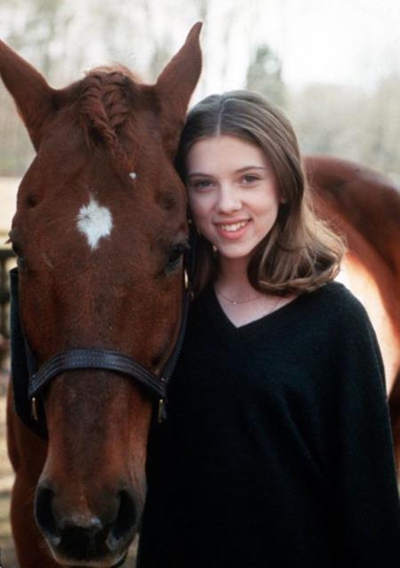 """Scarlett Johansson cũng đã có một màn trình diễn hết sức ấn tượng trong bộ phim """"The horse whisperer"""" (1998). Sau một tai nạn, cô bé Grace MacLean do Scarlett Johansson thủ vai đã bị mất đi đôi chân của mình để từ đó chìm vào đau khổ, sa ngã. Và hành trình tìm lại niềm vui, hạnh phúc đầy xúc động của cô bé Grace MacLean cũng chính là hành trình Scarlett Johansson """"đốn gục"""" hoàn toàn người xem."""