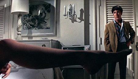 """""""The graduate"""" vốn là một cuốn tiểu thuyết xuất sắc của Charles Webb. Và khi được diễn tả lại bằng ngôn ngữ điện ảnh, dưới sự thể hiện tài tình của Dustin Hoffman, """"The graduate"""" đã trở thành một bộ phim đầy tính mĩ học, có ảnh hưởng tới vô vàn thế hệ thanh niên trẻ tuổi và xứng đáng lọt vào danh sách 100 phim hay nhất của Viện phim Mỹ."""