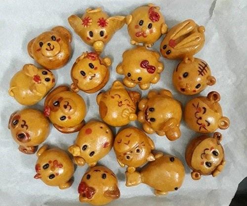 Để có thể làm ra những chiếc bánh nướng khiến trẻ em thích mê thế này, người thợ phải thực hiện thủ công hoàn toàn (ảnh: Vũ Thùy Dung)