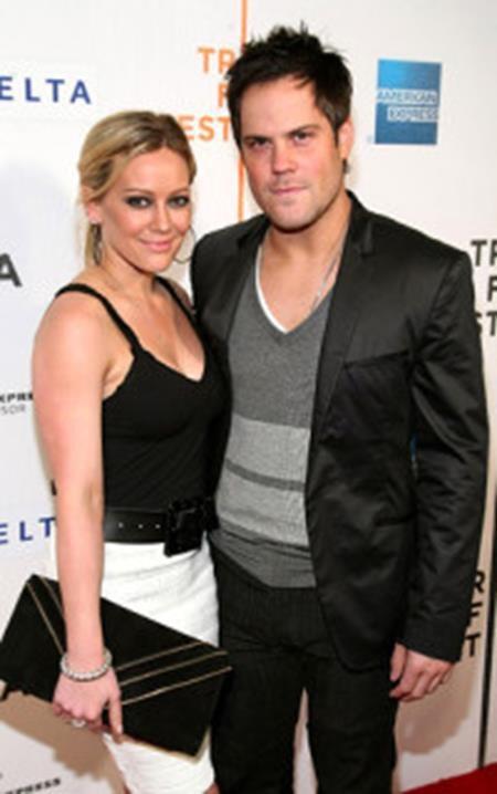 Hilary Duff từng có 6 năm hôn nhân gắn bó với cựu sao khúc côn cầu Mike Comrie và cả hai hiện vẫn cùng nuôi dạy cậu con trai 5 tuổi Luca.