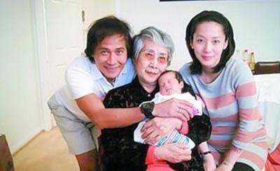 Tề Tần chụp ảnh cùng mẹ, vợ và con trai