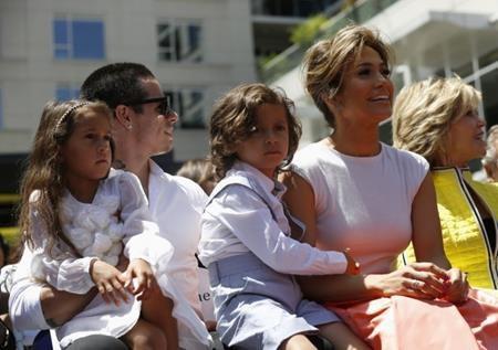 Jennifer Lopez có một quy tắc khá đặc biệt áp dụng cho cả nhà, đó là chuyện giải trí được coi như một phần thường. Các con của J.Lo phải cư xử lễ phép và học hành chăm chỉ trong cả tuần thì mới được phép xem tivi và chơi điện tử.